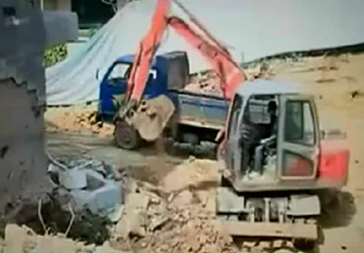 小型挖掘机工作