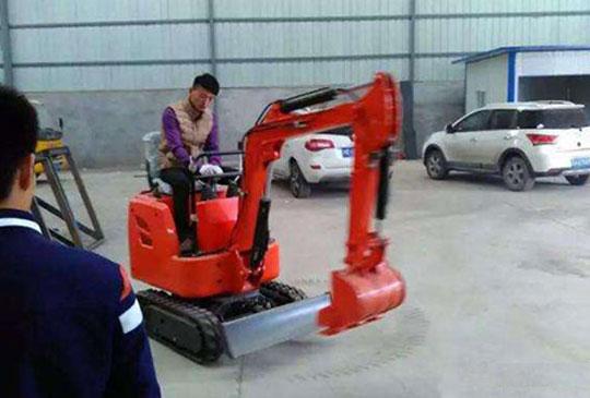 云南客户购买小型挖掘机