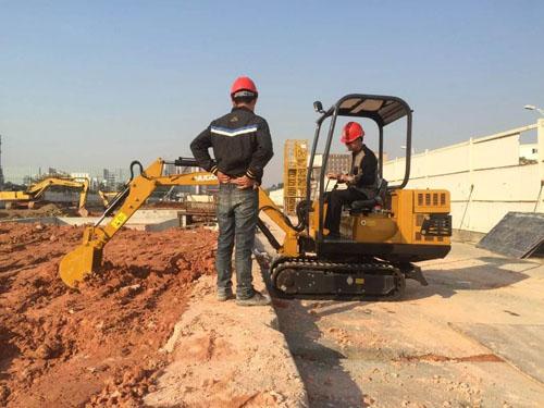 小型挖掘机实现了斜井井筒的机械化作业
